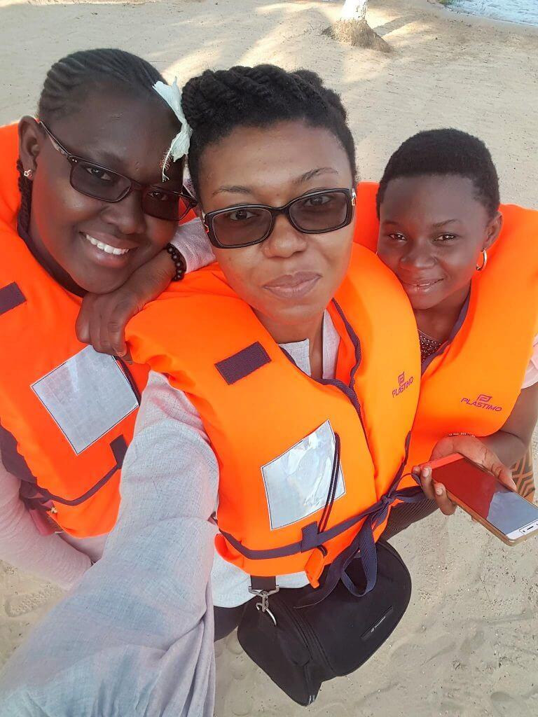 Zeyna Ndiaye, Befoune et Awanabi Idrissou, prêtes pour la traversée du lac Ahémé en pirogue.