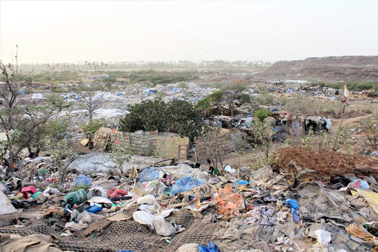 Déchets à perte de vue à la décharge de Mbeubeuss à Malika
